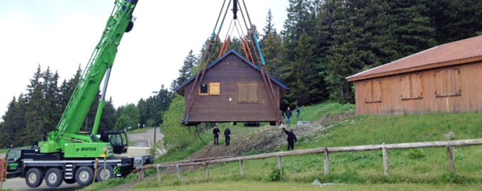 Lifting and transporting of a mountain chalet