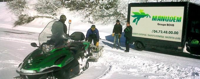 Livraison de matériel de sécurité par moto-neige en hiver