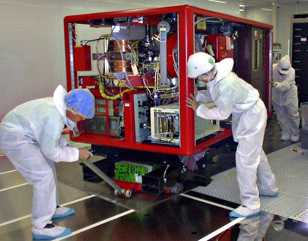Manutention lourde d'équipements de laboratoire en salle blanche par Bovis Transports