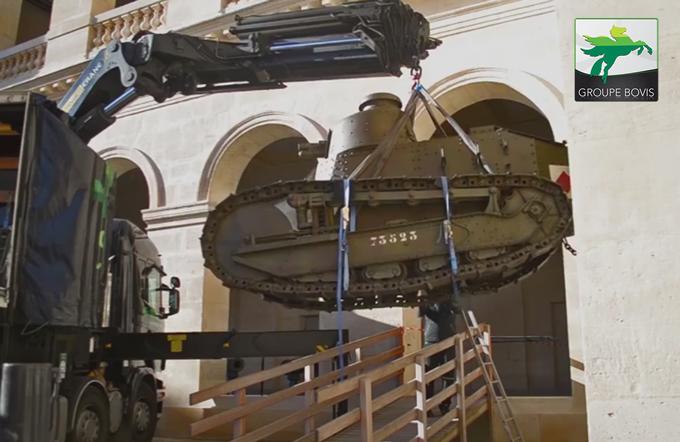 Manutention d'un char par BOVIS Fine ARt